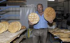 El panadero de Pinos del Valle viaja todos los días desde 1974 a Los Guájares para que no le falte el pan a sus clientes