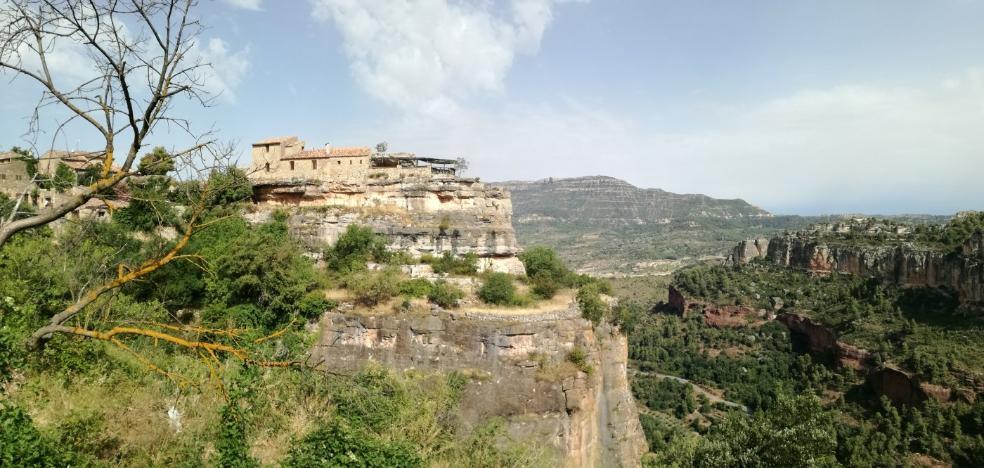 El pueblo que vive suspendido de una roca