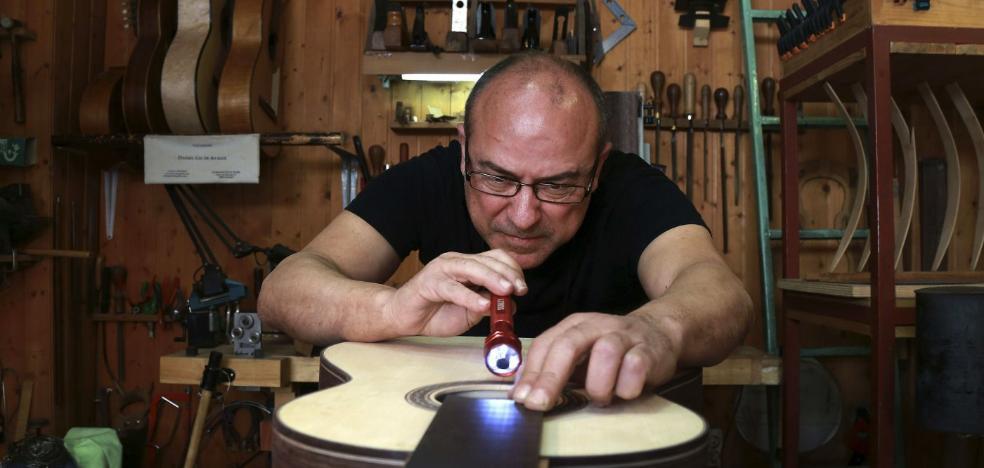 El luthier granadino Daniel Gil de Avalle, Premio Nacional de Artesanía 2016