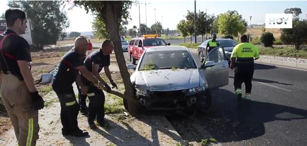 Un conductor de 82 años se lleva por delante cuatro árboles