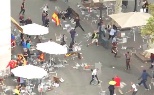 El vídeo de la salvaje batalla campal en Barcelona que ha destrozado la terraza de un bar