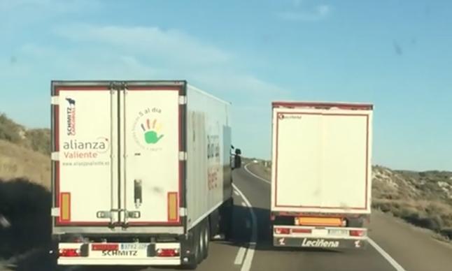 Los vídeos que indignan a España: dos energúmenos adelantando de forma temeraria