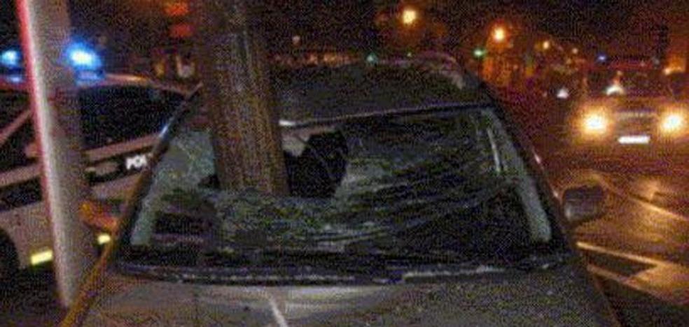 El milagro de este accidente: una farola 'entra' en el coche sin causar heridos