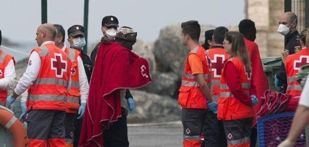 Trasladan al Puerto Motril a 19 inmigrantes argelinos que viajaban en patera