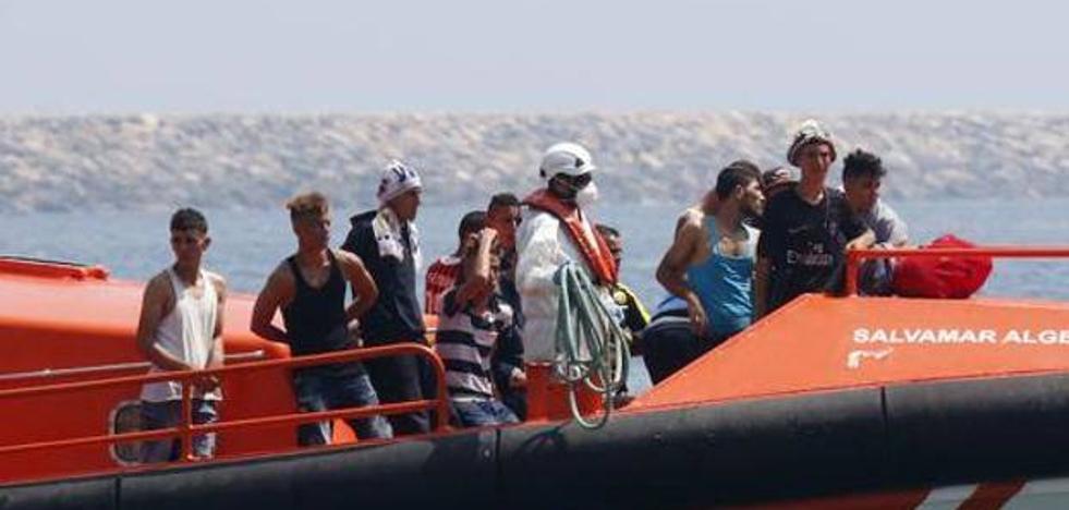 Trasladan al puerto de Motril a 67 inmigrantes rescatados de una patera