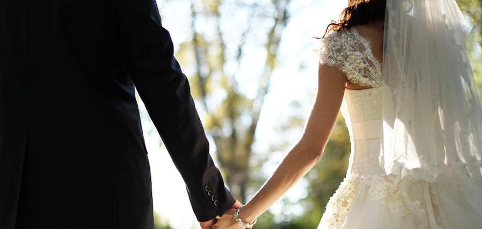 Entra en una boda en Cádiz, discute con el camarero y apuñala al padrino