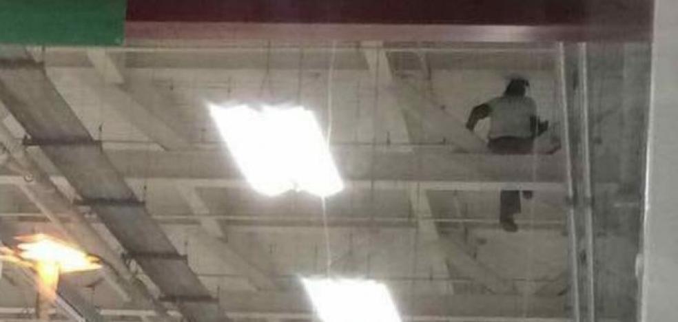 Un trabajador de un supermercado se sube al techo durante 16 horas para protestar por su despido