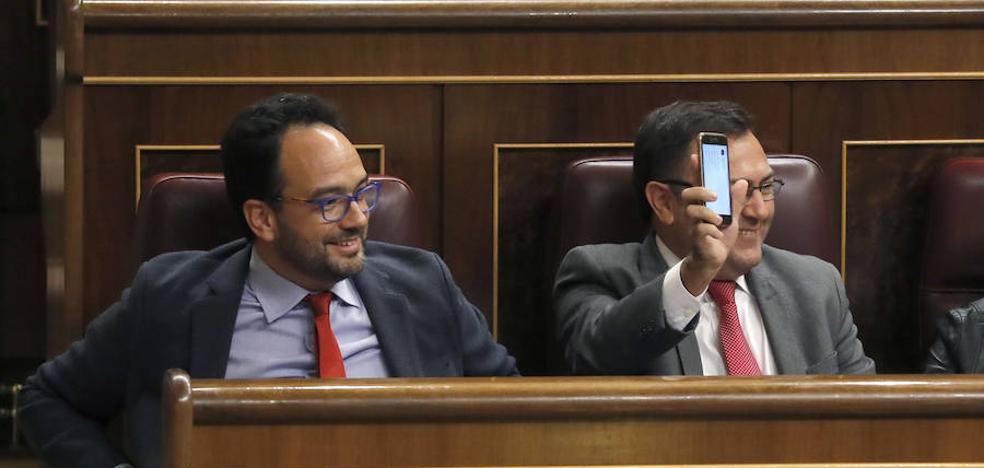 """""""Deberían prohibir a los diputados usar los móviles durante las sesiones (o sea, en horario laboral)"""""""