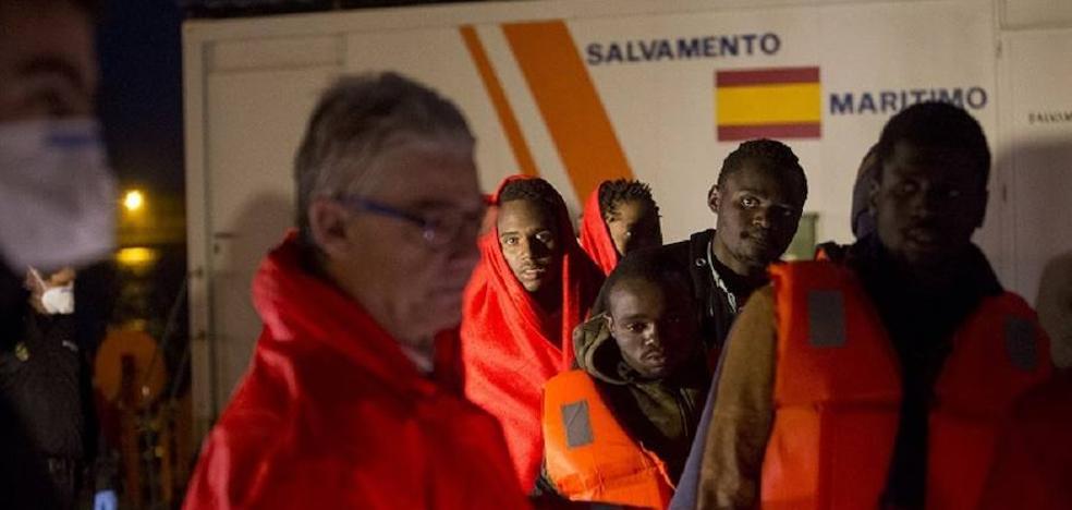 Detenidos 20 inmigrantes tras llegar en patera a la playa de Torrennueva