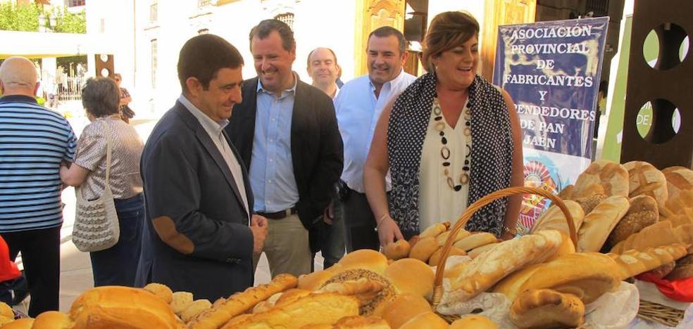 Una decena de panaderías acercan sus productos de calidad en una muestra en la lonja de la Diputación de Jaén