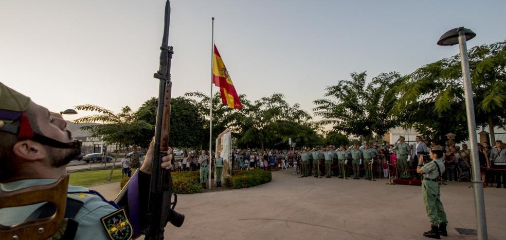 El arriado de la bandera de España en Viator cierra los actos del Día de la Fiesta Nacional