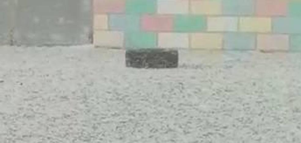 El hielo cubre el patio del colegio Ginés Morata de Almería