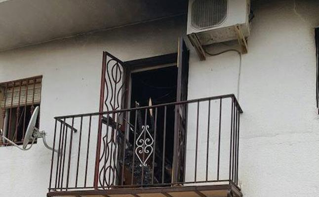 Ascienden a tres los afectados por inhalación de humo en un incendio en Linares