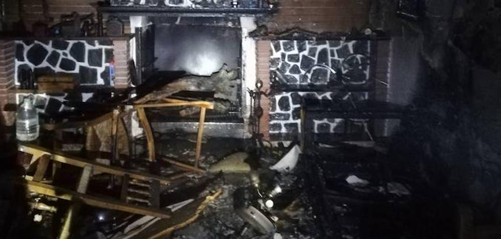 Rescatan a un joven de un incendio en un cortijo en Martos