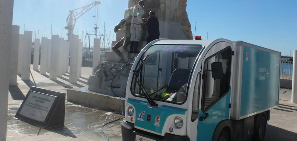 El Ayuntamiento limpia las pintadas nazis