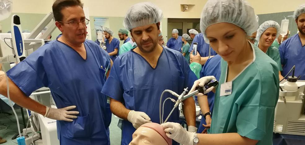 Neurocirujanos españoles se forman en cirugía endoscópica intracraneal en el centro de simulación avanzada de Granada