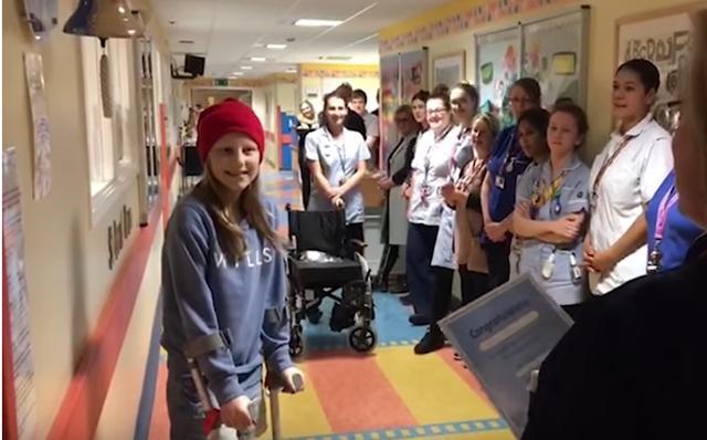 El emotivo homenaje de un hospital a una niña de 12 años tras su última ronda de quimioterapia
