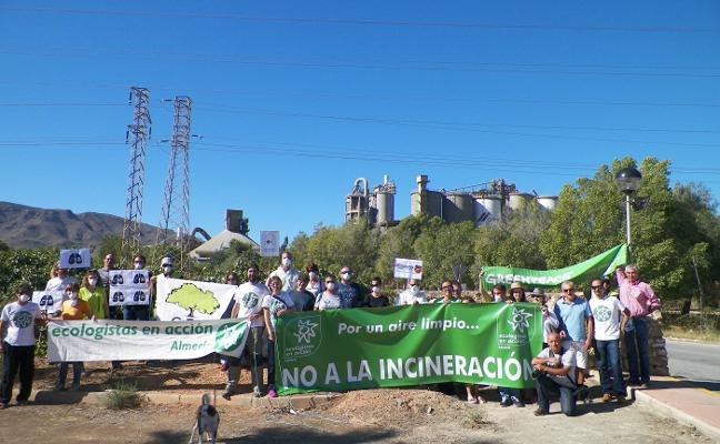 Vecinos de Benahadux y Ecologistas en Acción protestan ante la cementera