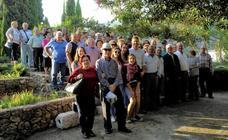 Cerca de un centenar de vecinos de Lanjarón visitan el municipio de Vélez de Benaudalla para conocer sus encantos