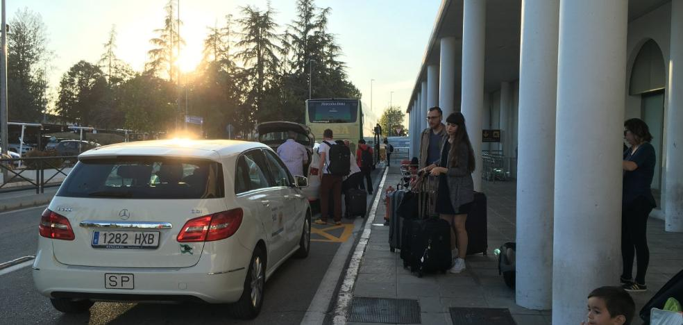 Los taxis del aeropuerto no dan abasto ante el repunte de viajeros