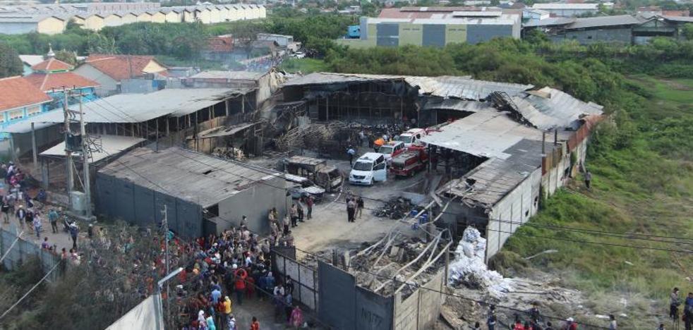 Una explosión en una fábrica de fuegos artificiales deja 47 muertos en Indonesia