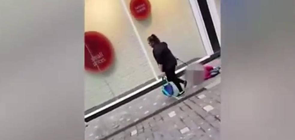 Indignación en Inglaterra por la mujer que llevaba arrastrando a un niño por la calle