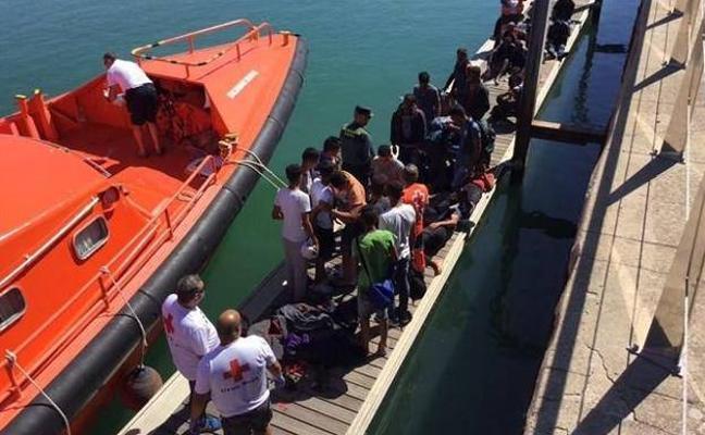 Salvamento busca una posible patera con una treintena de personas en el mar de Alborán