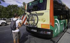 La Junta instalará portabicicletas en otros 21 autobuses metropolitanos de Granada