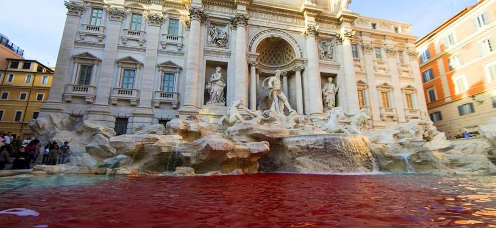 El agua de la Fontana di Trevi de Roma, de rojo porque un hombre lanzó pintura