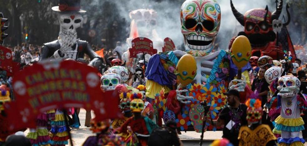 La muerte se pasea por las calles de México con un desfile multitudinario