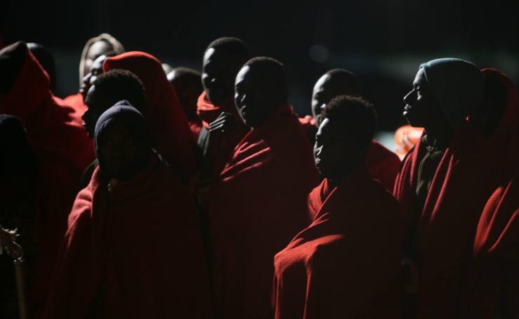 Llegan a Motril los 52 subsaharianos rescatados de una patera en Alborán