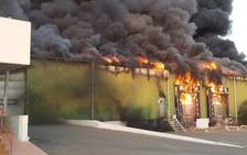 Extinguido el incendio en una nave agrícola y varios invernaderos entre Retamar y Cabo de Gata