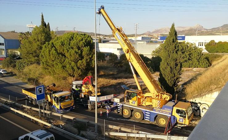 Un camión choca con el puente de la A-44 en la salida de Peligros y bloquea el tráfico