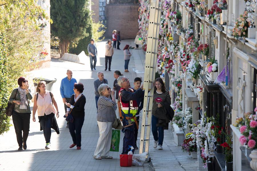 Una multitud visita el cementerio de Granada