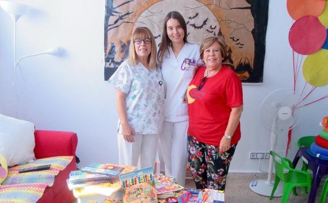 La Hermandad de la Amargura dona material escolar a los niños hospitalizados