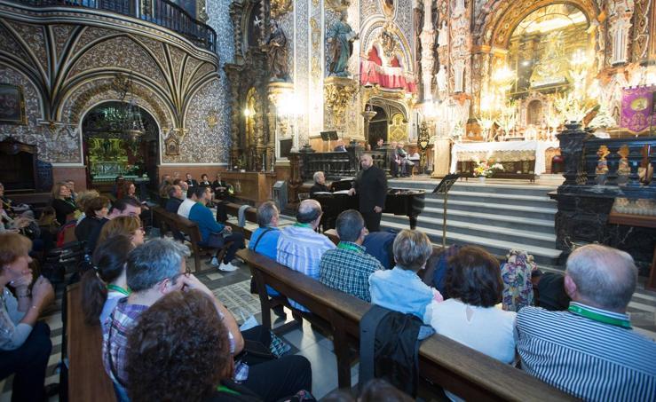 Centenares de devotos de la Virgen de las Angustias llenan Granada