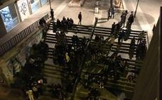 Una noche frente a las escaleras 'sin ley'
