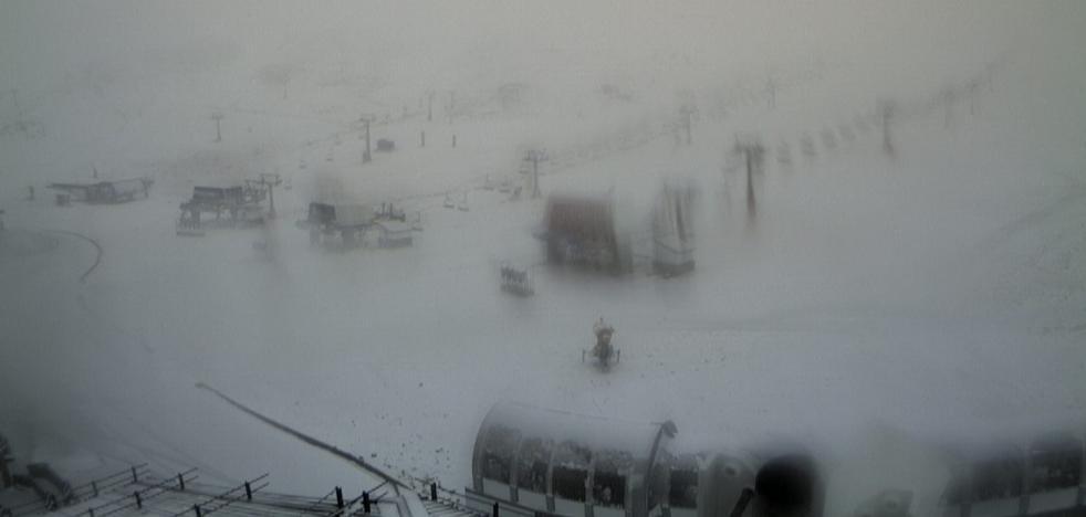 El temporal devuelve la nieve a Sierra Nevada
