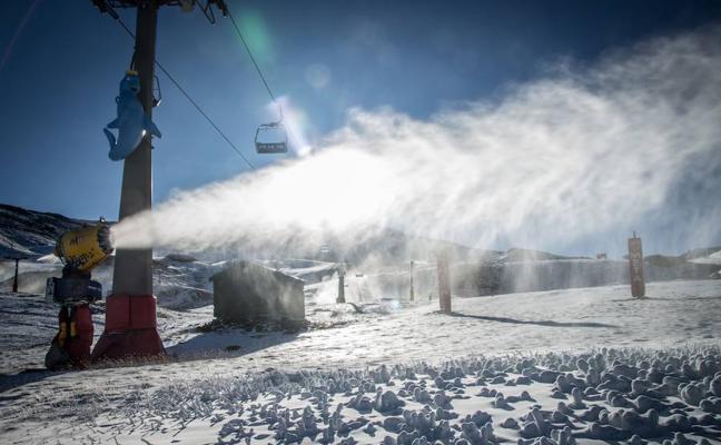 Sierra Nevada activa el sistema de nieve producida tras la segunda nevada del otoño