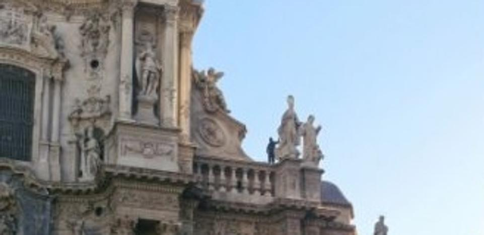 """Un hombre se sube a la catedral de Murcia y exige 3.000 euros y """"un bocadillo"""""""