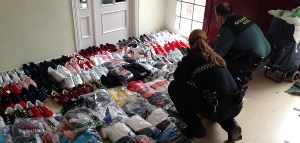 Detenido en La Carolina un vecino de Granada por suministrar prendas falsificadas a los 'manteros'