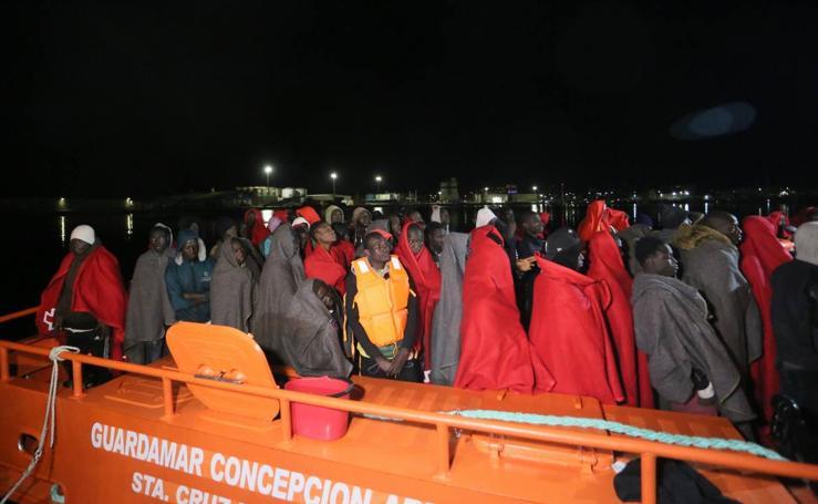 Rescatan a casi cien personas a bordo de dos pateras en Alborán