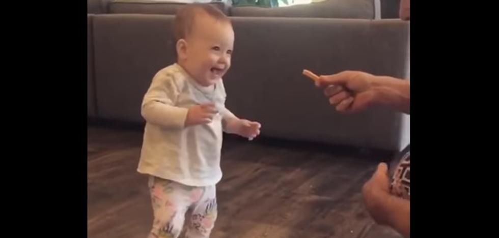 La genial motivación de un padre para que su bebé empiece a andar