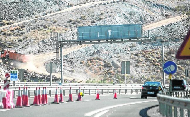 La peligrosidad de la montaña alarga dos meses más las obras para reparar el tramo roto de la A-7
