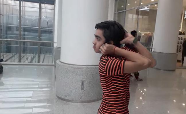 'El búho humano': el niño de 14 años que puede girar su cabeza 180 grados