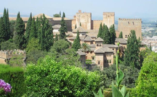 Demuestran que el humo de los coches y la quema de rastrojos manchan de hollín la Alhambra