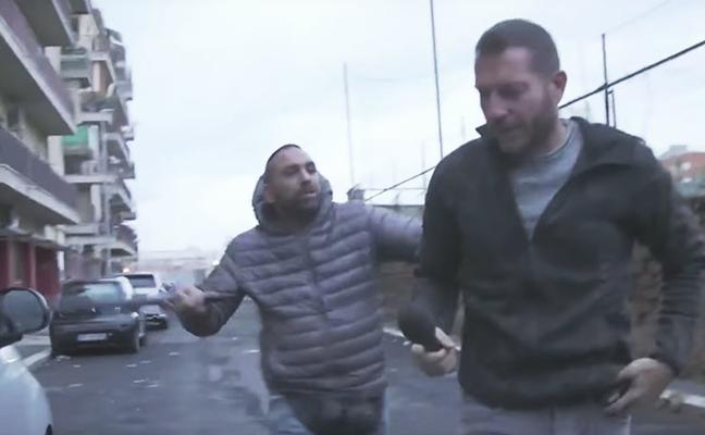 Un mafioso le rompe la nariz de un cabezazo a un periodista en Ostia