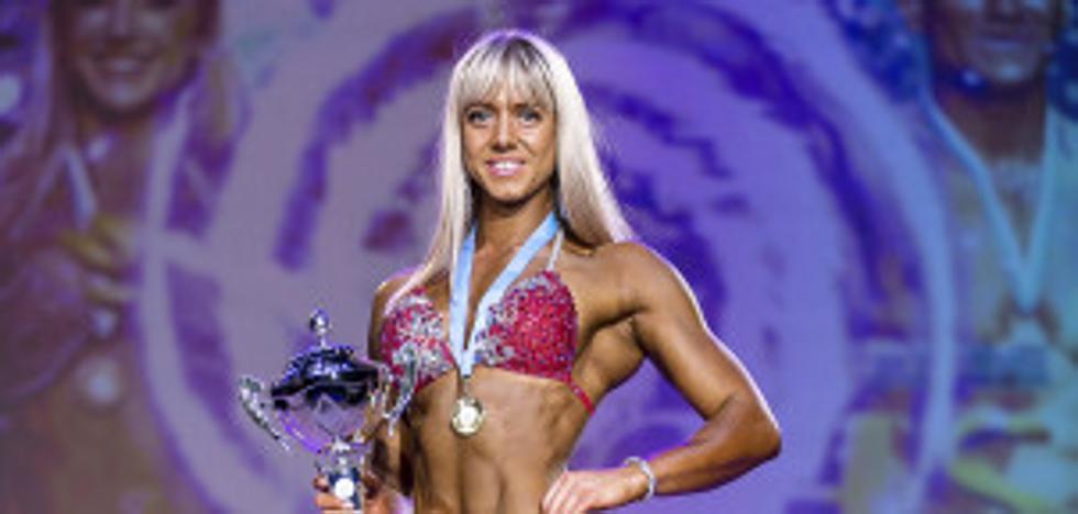 La historia de superación de la campeona mundial de culturismo que luce orgullosa su bolsa de colostomía