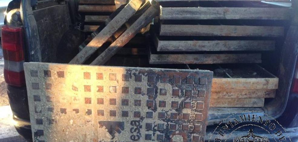 Detenido con 19 arquetas robadas en la calle para venderlas por chatarra