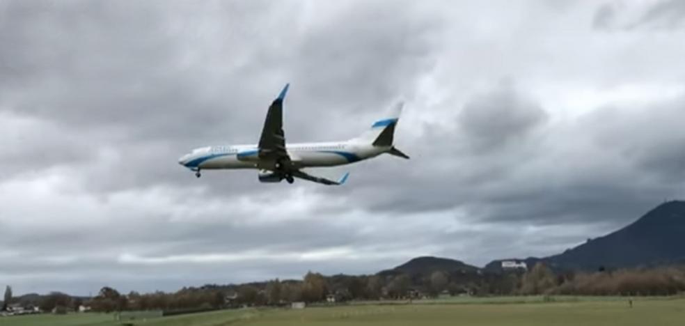 Sobrecogedor vídeo: toca tierra en el aterrizaje y tiene que despegar enseguida